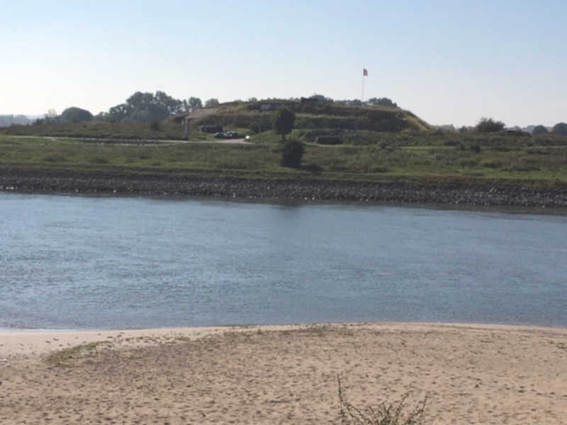 Fort Pannerden ligt op 'n schiereiland tussen de waal en pannerdensch kanaal